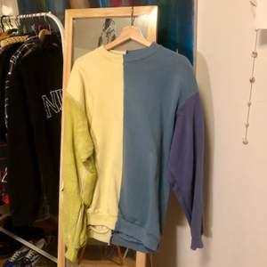 En tröja som blivit ihopsydd av andra tröjor. Fina färger och superskön