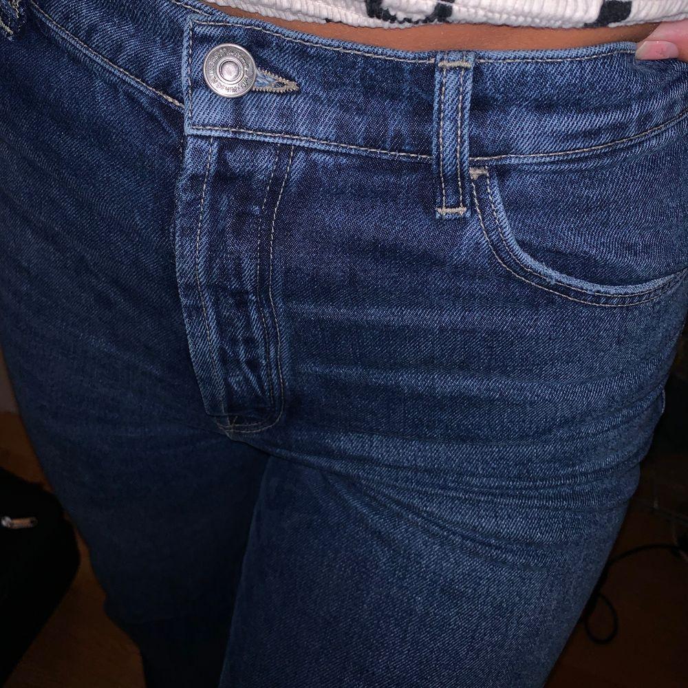 Supersnygga jeans som knappt är använda. Klippt av dem så dem går lite under hälen på mig som är 172 cm. Storlek 42 men passar mig som vanligtvis har 38/40. Jeans & Byxor.