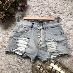 Ljus blåa jeans shorts. Köpta i USA från EXPRESS JEANS. Använd 2 gånger. Storlek 00 men passar xs-s. Original pris 79,90$. Nya priset går att diskutera. Köpta under en resa i usa. Säljer då dom tyvärr inte passar längre.
