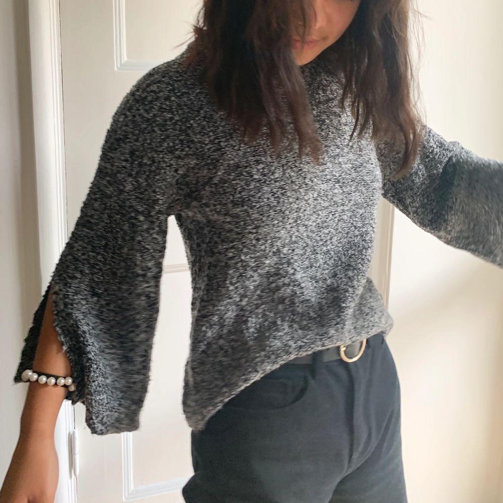 säljer min fina stickade tröja från Gina! Den är syoermysig med typ slits i ärmarna🥰 Kan mötas upp i gbg eller frakta, köparen betalar frakten🥰 . Stickat.