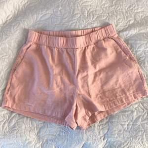 Sparsamt använda rosa shorts. Storlek S från Vero Moda