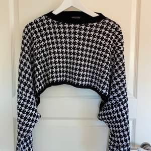 Hundtandsmönstrad croppad tröja, köpt på prettylittlething. Använd 1 gång. Storlek S, säljer för 120kr💞