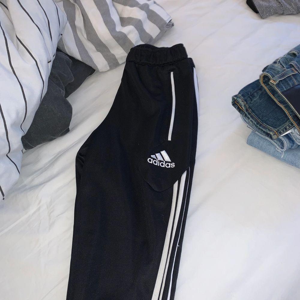 För små adidas byxor, andvända ett par gånger. . Jeans & Byxor.