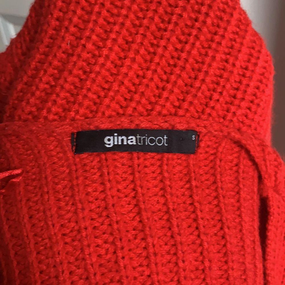 Säljer denna fina stickade tröja från Gina Tricot som inte kommer till användning längre tyvärr. Den är i normalt skick skulle jag säga, pyyyyttelite nopprig men det är inget som syns om man inte kollar mycket nära. 🥰🥰 Möts upp inom gbg annars står köparen för frakten💕. Stickat.