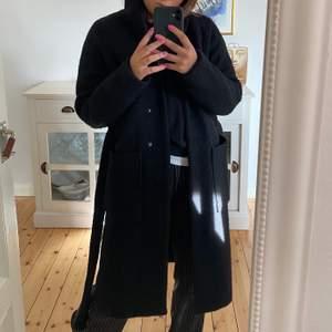 Säljer min fina fina kappa från Noisy may som jag köpte i vintras för 1000kr och knappt har använt då jag tycker jag köpt en för liten storlek🥺så perfekt kappa för höst och vinter med perfekt längd och passar till allt, har knappar samt band i midjan