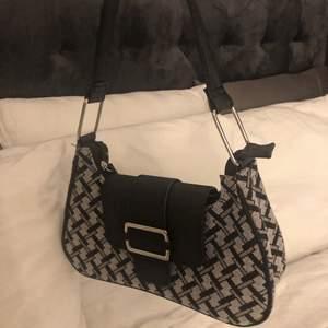 Väskan är köpt i London. Väskan är i fint skick och är endast använd en gång.