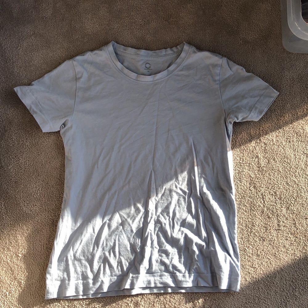 En fin blå T-shirt från Cubus. T-shirts.