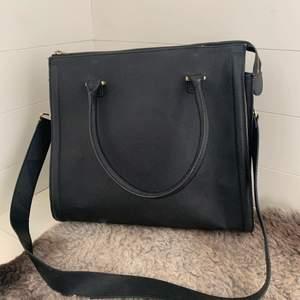 En super fin svart handväska som jag hade i skolan för ett tag sedan. Super smidig och rymmer mycket. Den är rosa i innekant. Nypris 499