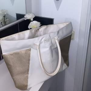 Brukade ha denna som strandväska, perfekt för det!! Även supersnygg allmänt för packning. Snabb leverans uppskattas❤️