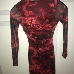 Tajt mesh klänning i st 36 från plt, endas använd 1 gång på en avslutning och nu ligger den och väntar på sin nya ägare.