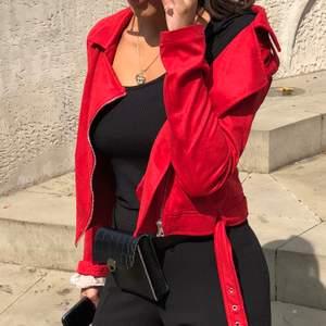 En röd tuff mocca jacka i strl xs! Tunn jacka, men går att ha en tjocktröja under. Nypris 500kr, säljs för 100kr! Köparen står för frakt