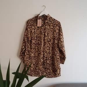 Leopardmönstrad skjorta i oversize-modell, inköpt från ASOS MISSGUIDED PETITE. Storlek 32. Aldrig använd. Fraktkostnader tillkommer.