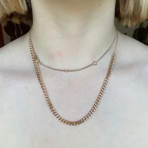 Långt och guldigt (ej äkta guld) halsband. På första bilden har jag dragit det två varv. Justerbart. 40 kr + frakt! Frakten är mellan 22 och 42 kr