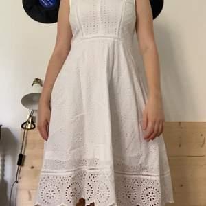Denna klänning använde jag på min student och har inte blivit använd sen dess. Den är köpt på Cubus och är i jättebra kvalitet!