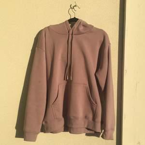 En så fin och skön ljuslila hoodie, är i jättefintskick knappt använd. Är så där jättemjuk inuti! Frakt tillkommer och uppskattar om ni inte räknar med det i buden, buda i kommentarerna. Buden måste bara med minst 5 kr emellan:)