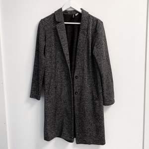 Fin tunnare kappa, sparsamt använd och säljer då den är för liten på mig. Bra skick, färgen är dock svår att få på bild men man ser bättre på sista. Spårbar frakt på 63 kr tillkommer