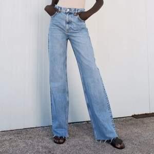 Helt nya populära jeans från Zara. Lapparna är på pch allt, de är jättesnygga men tyvärr för små för mig. Buda gärna i kommentarerna! (Jeansen är långa och går att klippa utifrån sin egen längd)