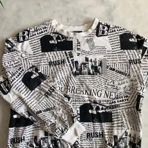 Säljer denna svart vida college tröjan med tryck från bershka i storlek M. Önskar verkligen att jag passade i den men det är inte riktigt min stil (använd ett fåtal gånger).  Pris 200kr exklusive frakt på 66kr, kan också mötas upp!!