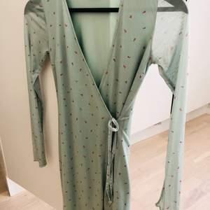 Den är endast använd en gång. Riktigt fin klänning med pastellfärger. Frakten tillkommer, den ligger på 40kr