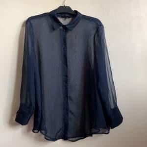 Festlig marinblå genomskinlig skjorta från Vera Moda