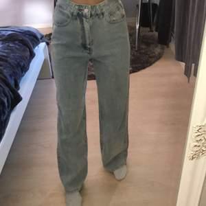 Köpte ett par vida jeans i färgen washed blue, dom är tycär förstora för mig. Storleken på hemsidan stämde inte alls så de står XS men skulle mer säga 165 i längd och upp mot M. Men det beror på hur baggy man vill ha dom. Helt oanvända, möts på ekerö annars tillkommer frakt.