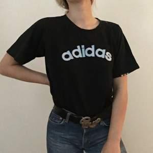 Skit cool adidas t-shirt, köpt på humana. Köpare står för frakt eller så möts jag i Stockholm. 🐟🦋💗💞💕🦄🐟