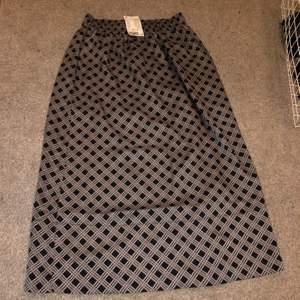 Kjol i 34 passar 36 super skön men tyver inte min stil så därav säljer jag nu denna med prislapp kvar