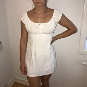 En vit jättesöt klänning från Pull&Bear som endast är använd 1 gång. Köparen betalar frakt!