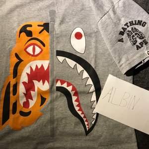 Säljer en Bape shark tshirt i fint skick, 8/10. Storlek M.