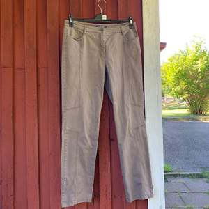 Supersnygga jeans med coola sömmar & detaljer. Väldigt bra skick, aldrig använda pågrund av för små.. I storlek 42, skönt jeans tyg med bra fickor fram. Betalning sker via swish & kunden står för frakten✨✨✨