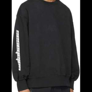 en sweatshirt från yeezy!! använd men fortfarande i fint skick☺️ frakten är 63kr då kan du även spåra ditt paket❤️ skriv för fler bilder