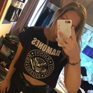 Cool Ramones t-shirt från hm som är sparsamt använd och i fint skick. Frakt ingår inte i priset🥰