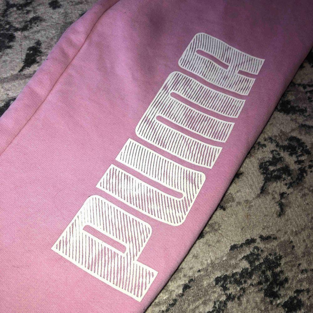 as fina rosa mjukis från Puma, nyskick. hör av dig om du har frågor . Jeans & Byxor.