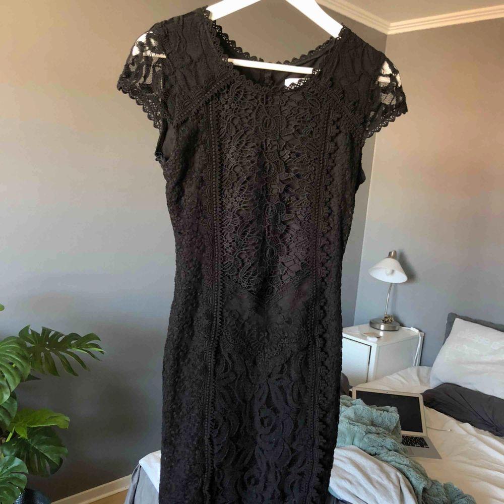 Skit snygg svart klänning i spets ifrån Drylake med en öppning i ryggen, köpt för 899 kr. I toppenskick och endast använd en kväll. Den är tyvärr för liten för mig och därför har jag ingen bild med den på. Kolla gärna in mina andra annonser med⭐️. Klänningar.