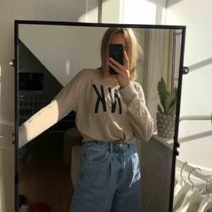 Såå fin sweatshirt från Victorias secret PINK som är som helt ny i skicket så den knappt är använd! Nypris 599kr💜 frakt tillkommer för köparen ☺️