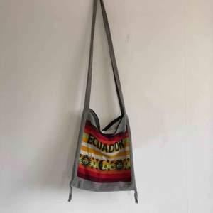 En enkel väska från Latinamerika 🇪🇨 kan mötas upp i Jönköping annars står köparen för frakten