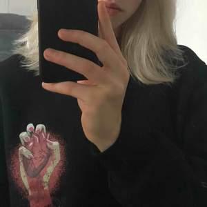 Supercool tröja från cheap monday med snyggaste trycket. Skriv för mer bilder!!