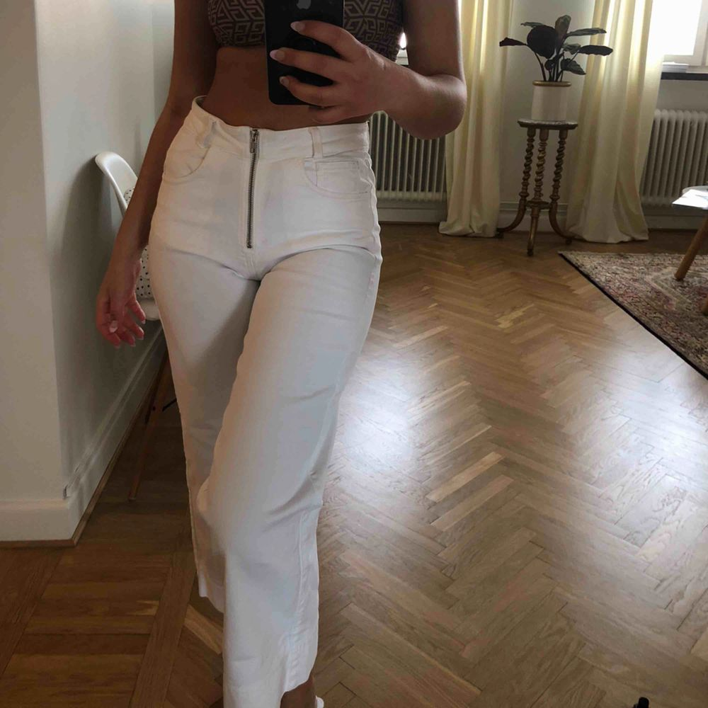 Supersnygga vita högmidjade Dagmar-byxor i s.36 med dragkedja framtill. Perfekt nu i sommar, riktigt bra kvalitet🦋 köpta för c. 2K, säljs för 449!. Jeans & Byxor.
