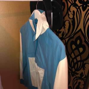 Retro jacka köpt secondhand. Svin cool och lite oversized, men man kan ju bara vika upp den om man inte vill att den ska vara så lång. Kontakta för frågor🥰