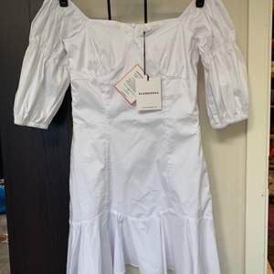 Säljer denna supergulliga klänning från NAKD, helt oanväd med prislapp kvar! Inte riktigt min stil. Ordinariepris 499kr. Säljer för 220+frakt.