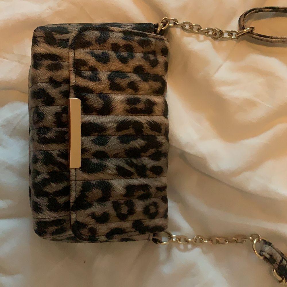 Väska i leopard mönster perfekt till fest eller om man ska till stan. Väskor.
