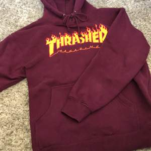 En väldigt snygg thrasher hoodie storlek är medium köptes på Hollywood för 1100kr pris kan diskuteras.