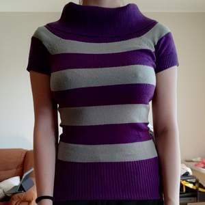 Grå/lila tröja. Inte så tjock men inte tunn och knappt använd. 50 kr exklusive frakt, kan frakta men osäker på kostnad (cirka 50-60kr)