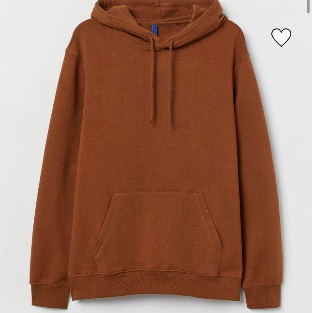 Brun hm hoodie som är slutsåld i denna storlek för säsongen! Pris kan diskuteras! . Huvtröjor & Träningströjor.