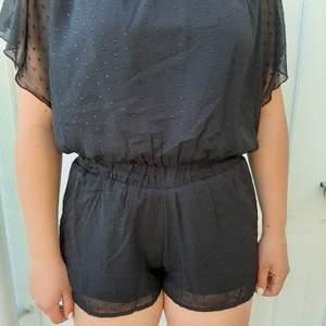 Säljer denna svarta jumpsuit med svart glittertråd på. Kommer ifrån Lindex. Frakt tillkommer 🥰❤