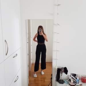 Superfin figurnära svart jumpsuit. Börjar tyvärr bli för liten för mig som är 169 cm. Möts upp i Stockholm eller fraktar om så önskas 💕