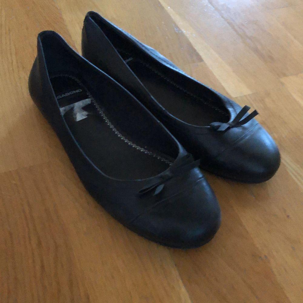 Svart skinn ballerina finns att hämta i Växjö knappt använda. Skor.