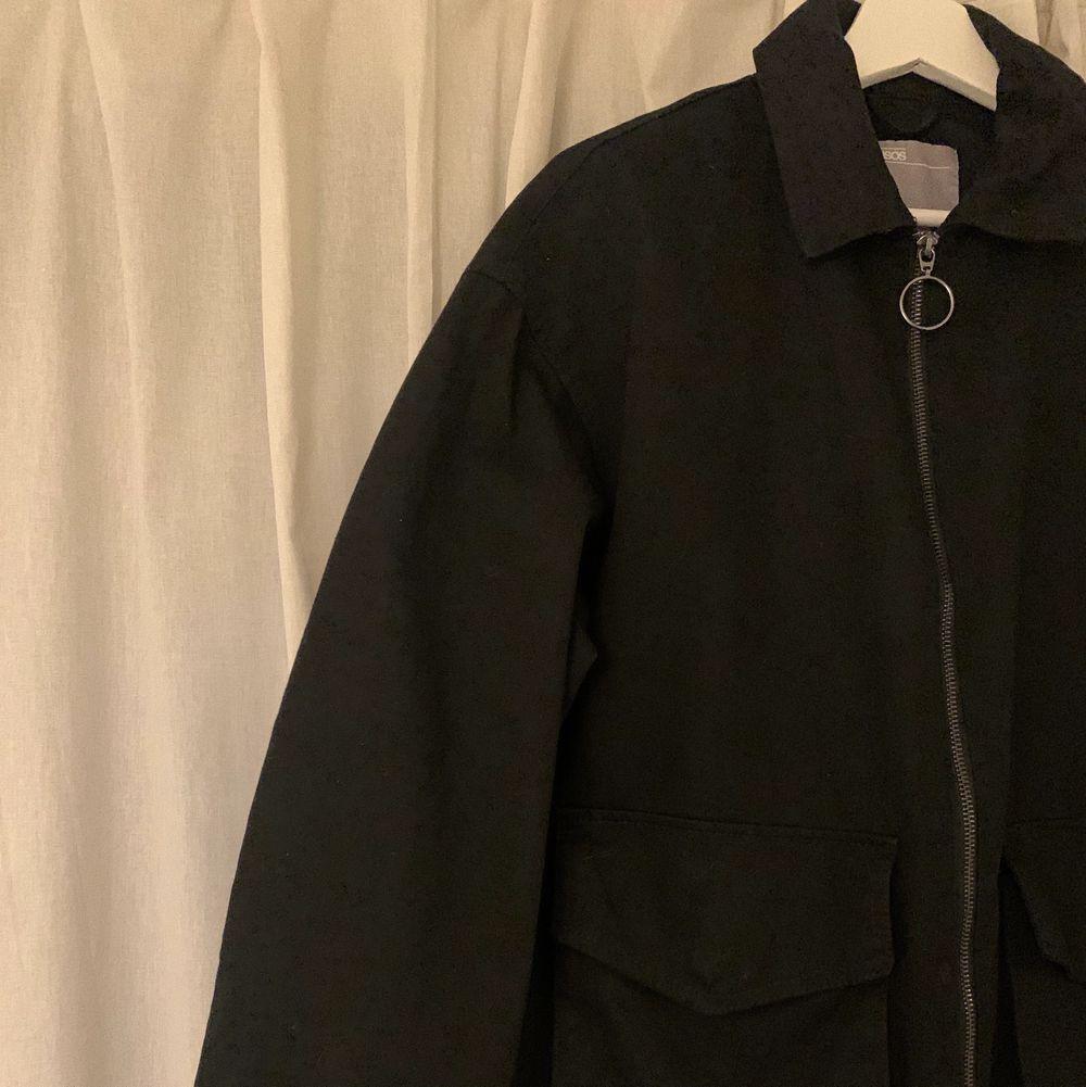 Superfin jacka som är använd endast 1 gång! Köpare står för frakt. Köpt för 440 för ungefär i månad sedan.. Jackor.