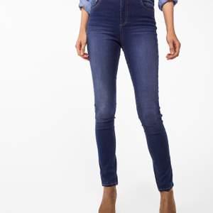 Skinny Jeans från Kappahl, är i stolek 34 men skulle säga att de passar 32-36 (då de är stretchiga) köpte för 400kr men säljer för 150+frakt