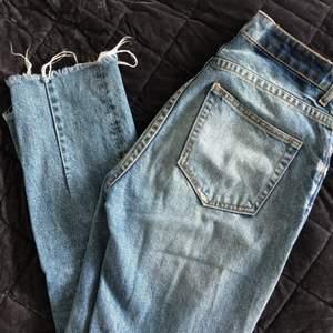 Mom jeans från H&M med snygga klippta kanter, slitningar och dekorativa sömmar baktill vid ankeln. Storlek 36. (Är själv size 38, därav något tightare). Köpare står för frakt.